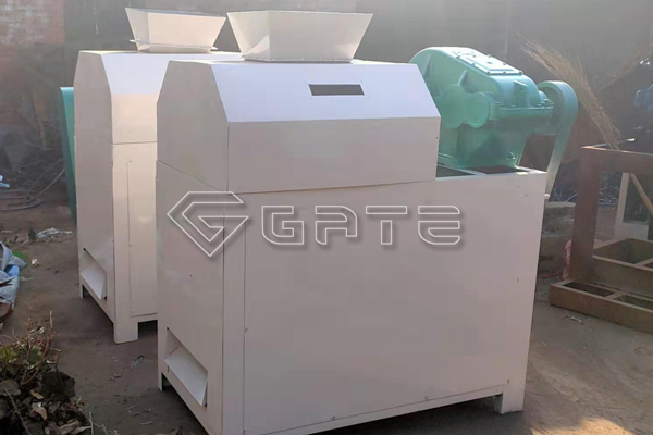 What are the structural components of the fertilizer roll granulator?